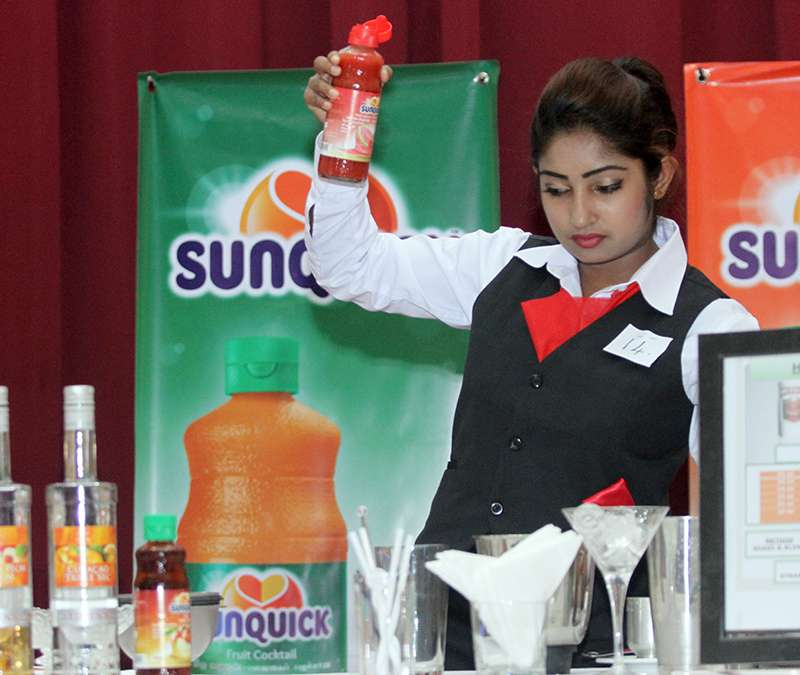 A lady preparing Cocktails with Sunquick