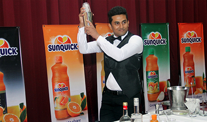 Bartender mixing a Sunquick cocktail