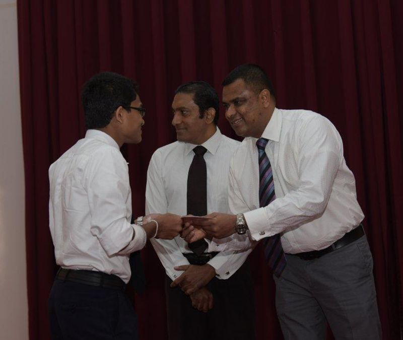 Handing over the certificate to a student